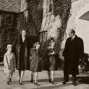 The Crown Princess fled with the children, first to Sweden, then on to USA where they lived until the war ended and they could return home once more. Here, Crown Princess Märtha and Crown Price Olav with Prince Harald, Princess Astrid and Princess Ragnhild outside the house at Pook's Hill, Maryland (Photo: Scanpix)