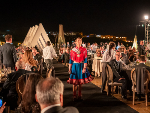 the Sami artist ISÁK (Ella Marie Hætta Isaksen) performed during the friendship dinner, emphasizing the similarities between Sami and Beduin culture. Photo: Heiko Junge / NTB