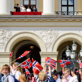 The Children's Parade in Oslo passing below the Palace Balcony  (Foto: Fredrik Varfjell / NTB scanpix)