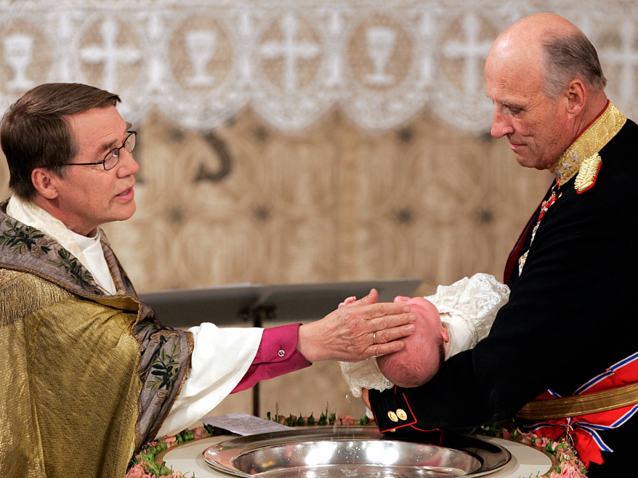 King Harald presented Princess Ingrid Alexandra for baptism. The Bishop of Oslo at the time, Gunnar Stålsett, officiated. Photo: Tor Richardsen, NTB scanpix.