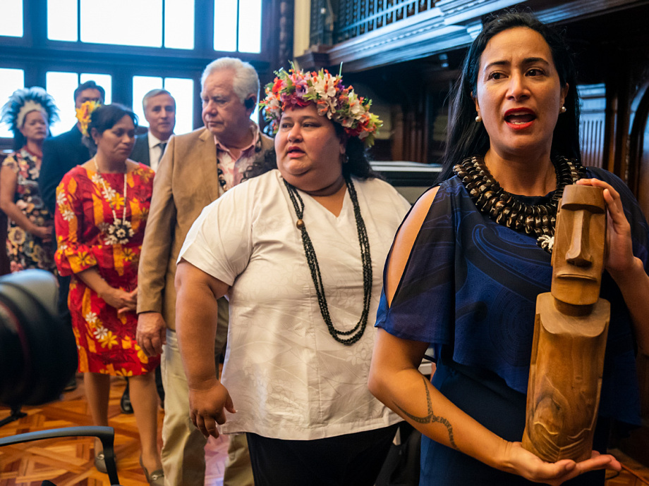 Tarita Alarcon Rapu, Governor of Easter island, sings during the ceremony. Photo: Heiko Junge / NTB scanpix