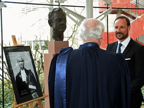 The Norwegian judge Rolv Ryssdal is the longest serving President of the Court (1985-1998). He is honoured with a bust in the Court's hall. Photo: Sven Gj. Gjeruldsen, the Royal Court.