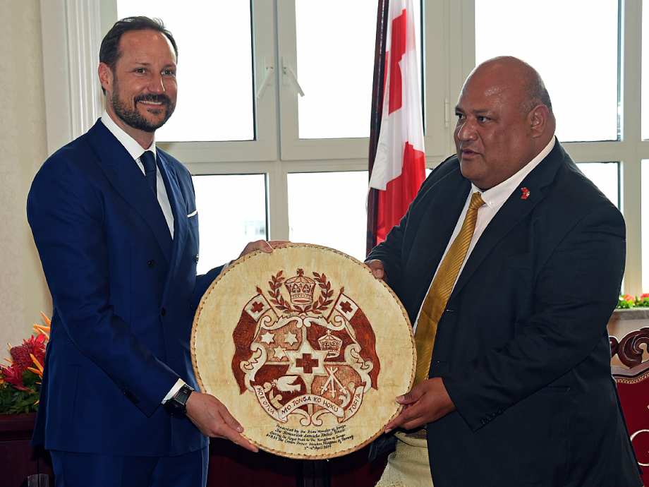 The Crown Prince received Tonga's coat of arms as a gift when he met Deputy Prime Minister Semisi Sika. Photo: Sven Gj. Gjeruldsen, The Royal Court