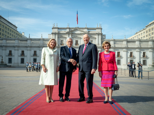 The King and Queen were greeted by President Sebastián Piñera and the First Lady of Chile, Cecilia Morel Montes.  Photo: Heiko Junge, NTB scanpix