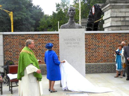 Princess Astrid unveiled a bust of King Haakon VII by Nils Aas. Photo: Sven Gjeruldsen, The Royal Court