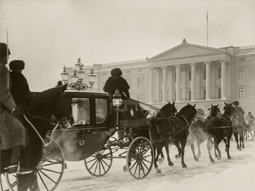 The coronation carriage returning to the Palace after a visit to the Storting, January 1932. The Royal Stables had room for 38 horses. Photographer: Carsten Sætren, The Royal Collections.