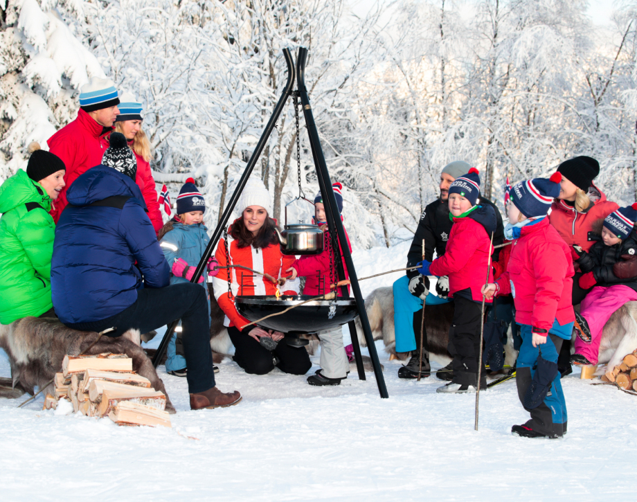The Royal guests joined the children in roasting sausages and bread-on-a-stick. Photo: Håkon Mosvold Larsen / NTB scanpix