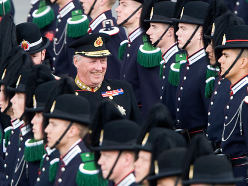 His Majesty King Harald inspects the Guard in their camp at Huseby. Photo: Scanpix.