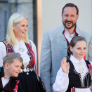 The Crown Prince and Crown Princess with their children greet the Children's Parade in Asker outside Skaugum. Photo: Audun Braastad / NTB scanpix