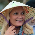The Crown Princess was given a hat by the locals in Hue. Photo: Lise Åserud, NTB scanpix.