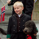 Prince Sverre Magnus with the familiy dog, Milly Kakao. (Photo: Heiko Junge / Scanpix)