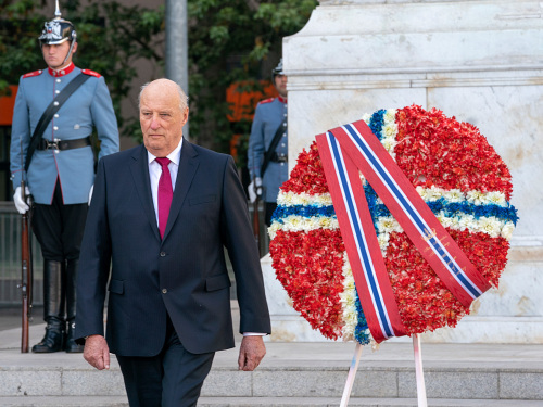 King Harald laid a wreath at the monument commemorating Chile's founding father, Bernardo O'Higgins. Photo: Heiko Junge, NTB scanpix