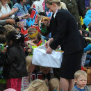 Members of the Royal Court handed out sweet buns and juice to all the children. (Photo: Sven Gj. Gjeruldsen, the Royal Court)