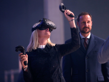 The Crown Prince and Crown Princess got the chance to try VR goggles during Oslo Innovation Week. Photo: Vidar Ruud / NTB scanpix