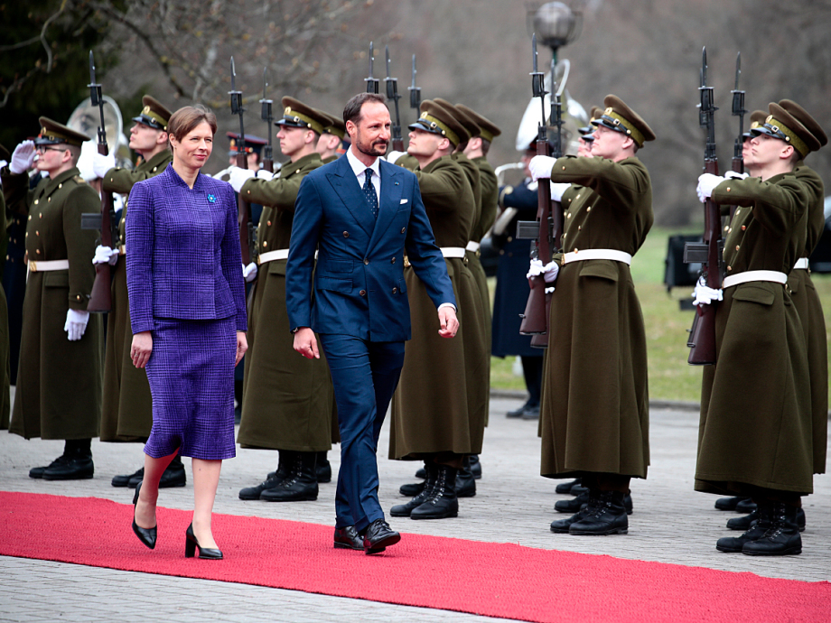 Crown Prince Haakon and President Kaljulaid inspecting the Estonian Guard of Honour. Photo: Lise Åserud, NTB scanpix.