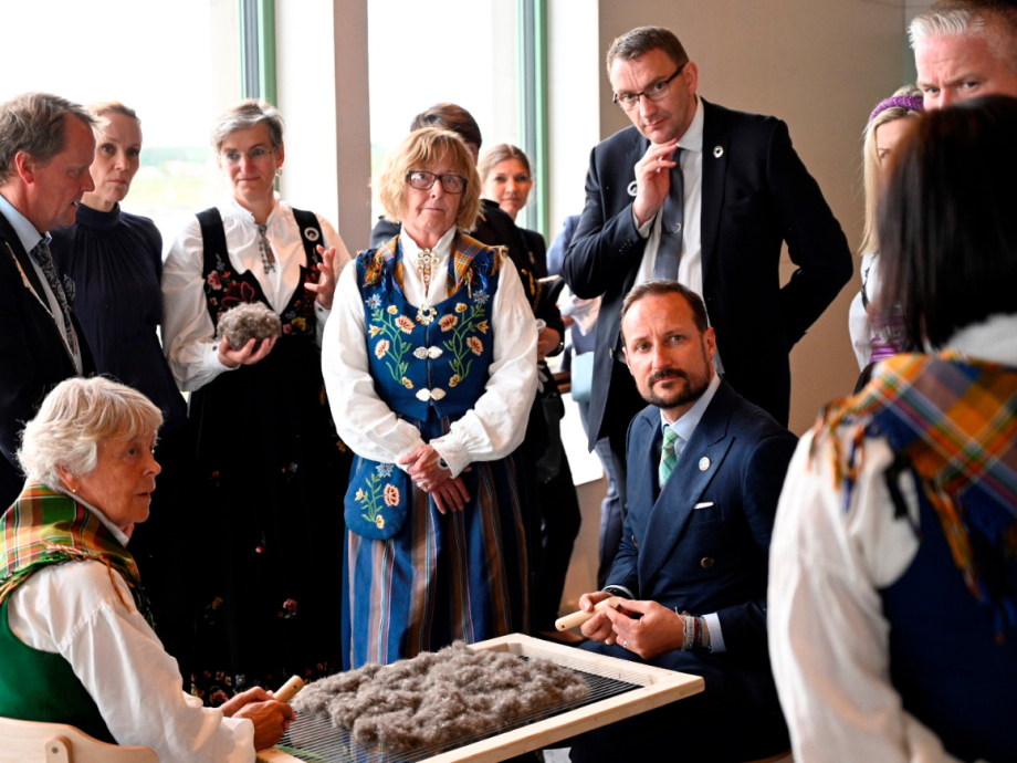 Crown Prince Haakon was told of the bird tenders and how to clean the eider down with a down harp. Photo: Simon Aldra, Brønnøysunds Avis