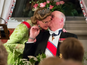 The Queen gave King Harald a hug during the speech. Photo: Heiko Junge / NTB scanpix.