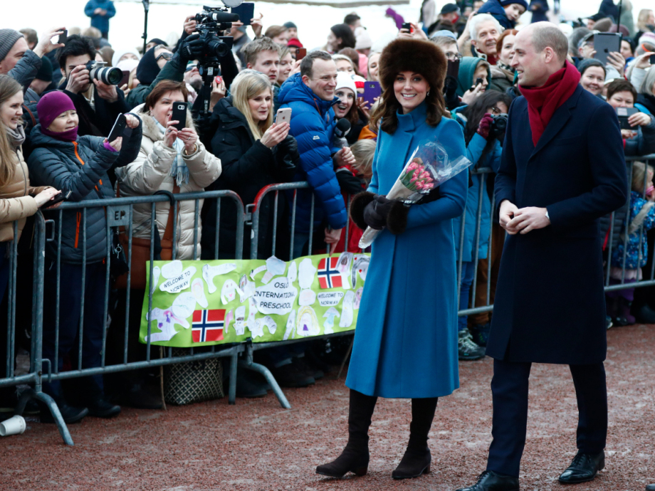 The Duke and Duchess of Cambridge took their time in greeting the many people who had turned out to see them. Photo: Terje Pedersen / NTB scanpix