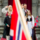 The Crown Prince and Crown Princess and their family greet the Asker municipality children's parade outside Skaugum Estate. Photo: Vegard Wivestad Grøtt / NTB scanpix