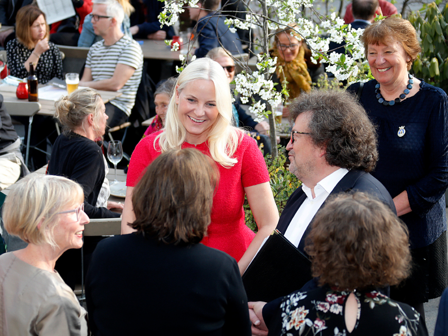 The Crown Princess met some of the authors. Norwegian author Erik Fosnes Hansen is head of the festival, Photo: Marius Gulliksrud, Stella Pictures
