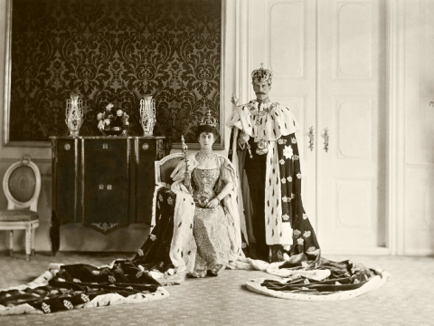 King Haakon and Queen Maud with the coronation regalia,1906 (Photo: Peder O. Aune, The Royal Court Archives)