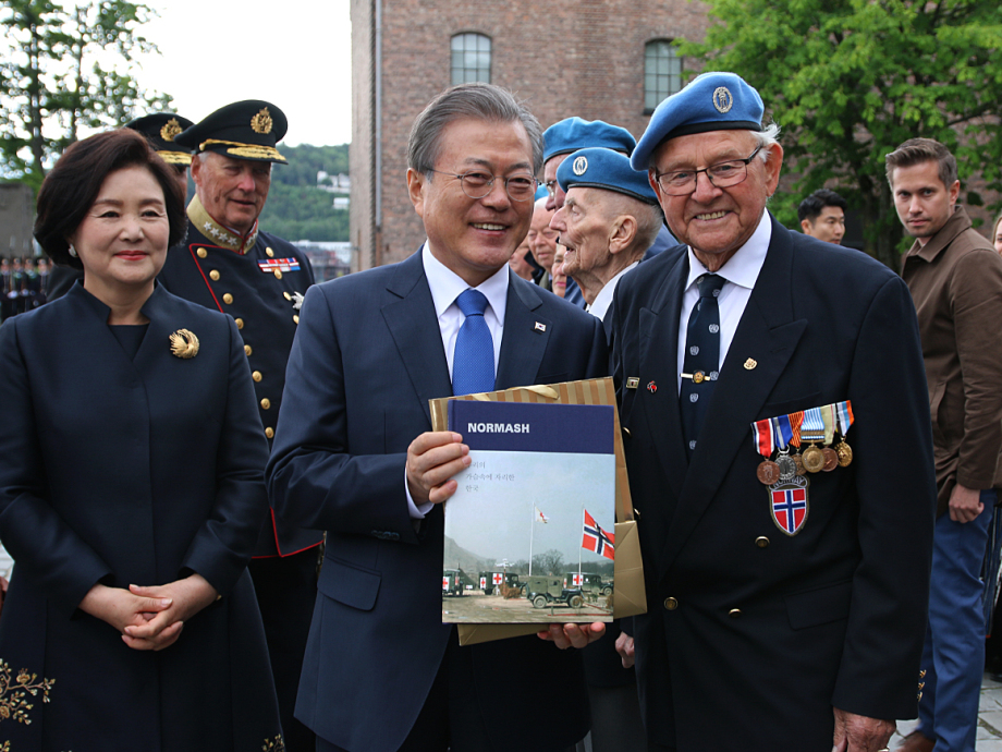President Moon and First Lady Kim greeted veterans of NORMASH. Photo: Sara Svanemyr, The Royal Court.