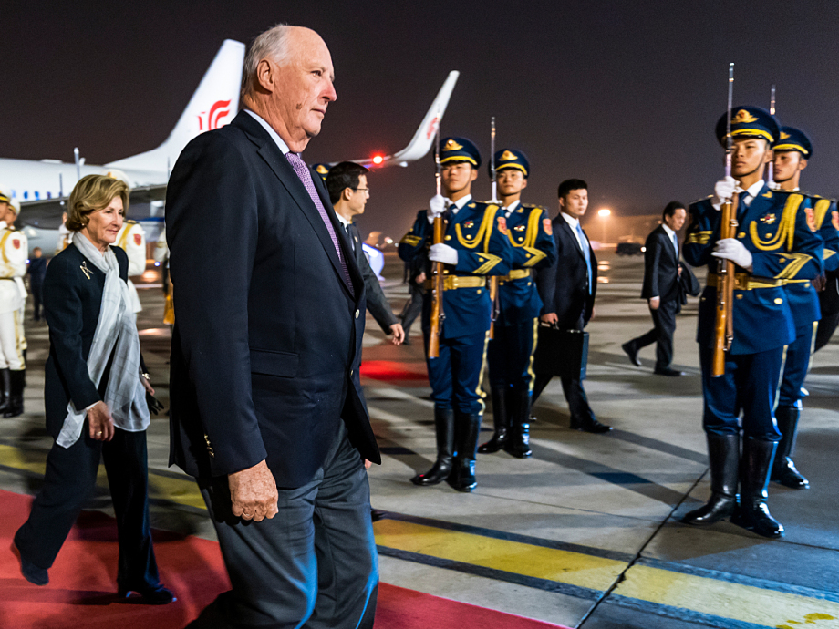 A Chinese honour guard greets the King and Queen upon arrival. Photo: Heiko Junge, NTB scanpix