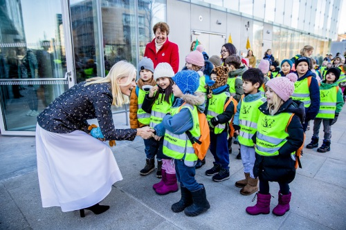 Crown Princess Mette-Marit greeted the parade of children as they arrived at the new Deichman Bjørvika library. Photo: Stian Lysberg Solum / NTB Scanpix.