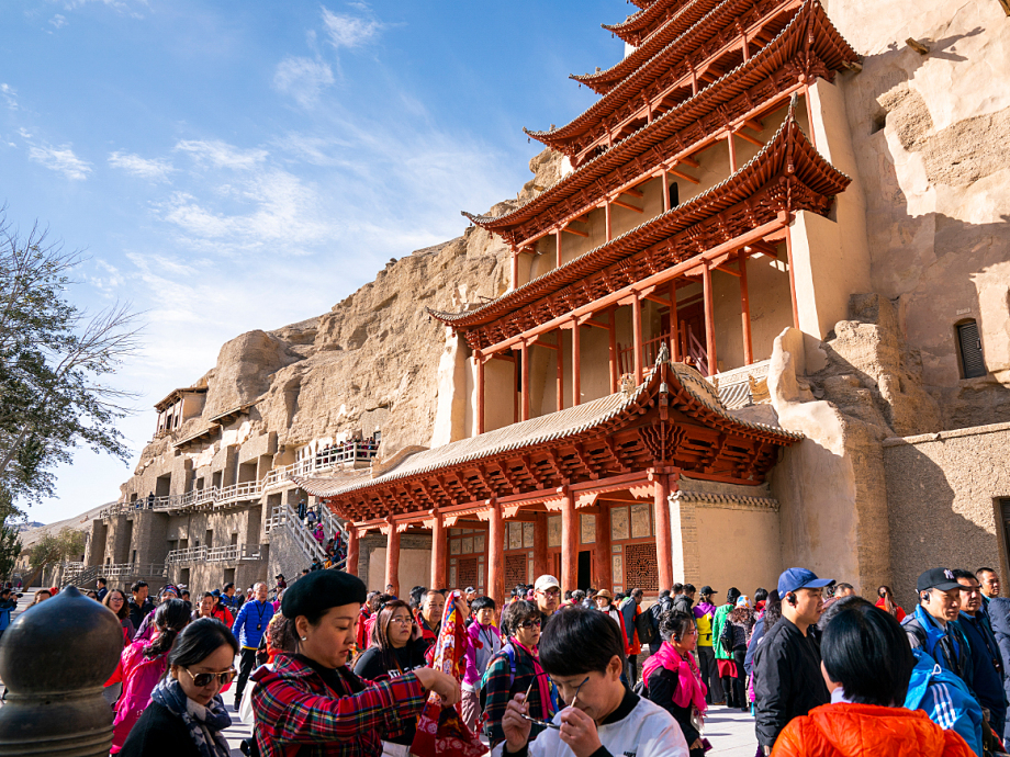 Many tourist wish to visit the Mogao Caves. Photo: Heiko Junge, NTB scanpix