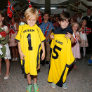 The children brought very special football shirts for The King and Queen. Photo: Lise Åserud, NTB scanpix