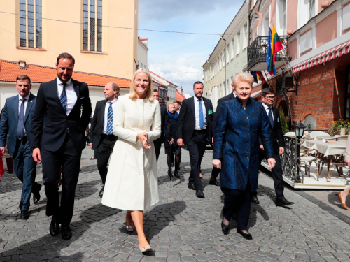The Crown Prince and Crown Princess and President Grybauskaitė walked through Old Town to the House of Signatories. Photo: Lise Åserud, NTB scanpix.