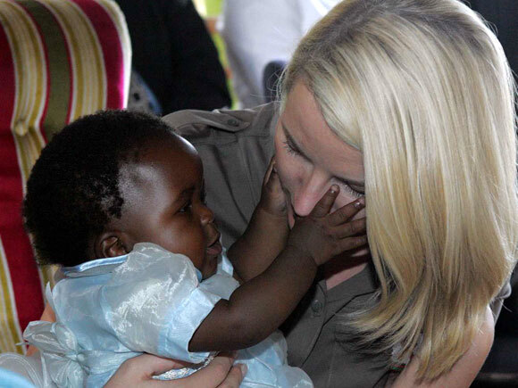 The Crown Princess with seven-month old Deborah in Malawi. The child's mother has HIV, while the father is HIV free. Photo: Knut Falch, Scanpix.