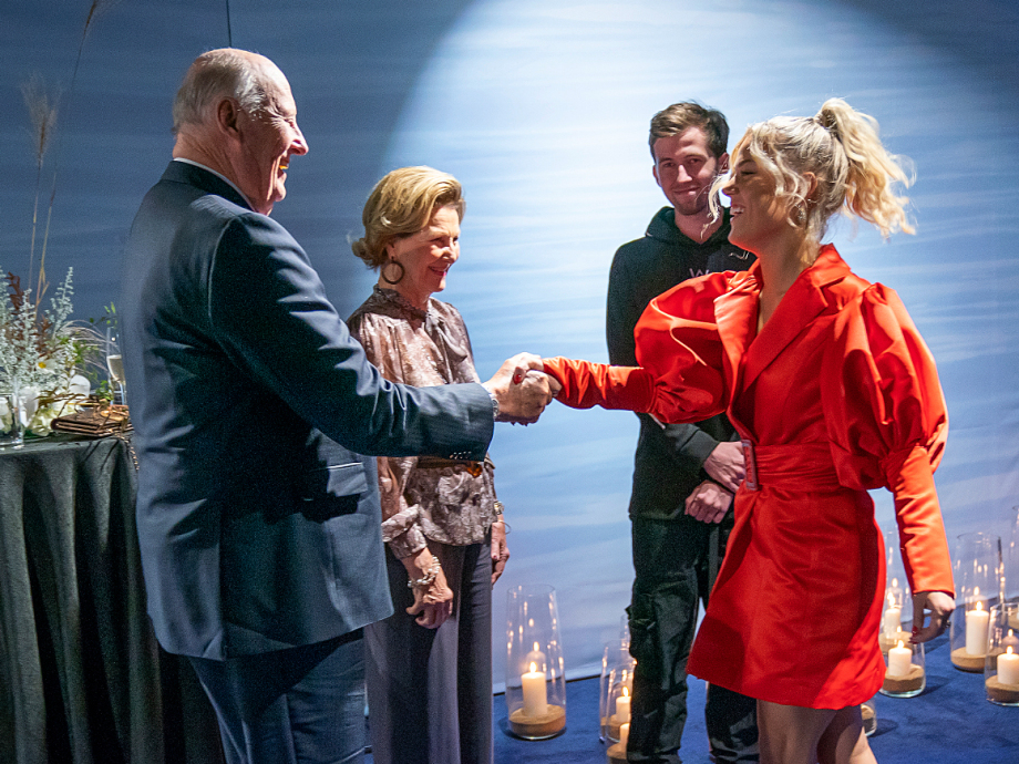 Alan Walker and Julie Bergan are welcomed by The King and Queen. The artists will performe during tonight's friendship dinner. Norwegian-British Alan Walker is currently the most streamed musical artist in China. Photo: Heiko Junge / NTB scanpix