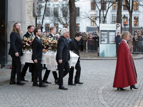 Pall-bearers are Ari Behn's father Olav Bjørshol, brother Espen Bjørshol, brother-in-law Christian Udnæs, Crown Prince Haakon, and nephews Ask and Isak. Photo: Vidar Ruud / NTB scanpix