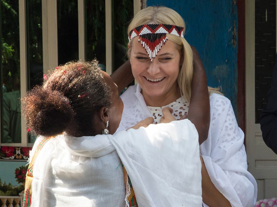 Crown Princess Mette-Marit was gifted with a head band when they visited the farmers in Oromia.  Photo: Vidar Ruud, NTB scanpix