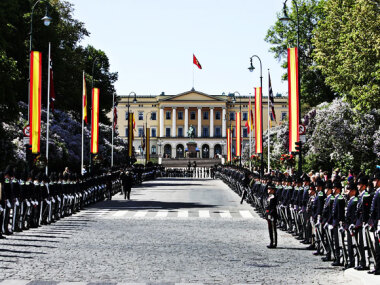 Karl Johan street decorated and the Royal Guard lined up for the state visit from Spain, spring 2006 (Photo: Sara Johannessen, Scanpix)