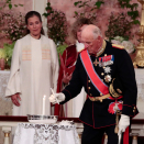 King Harald led the confirmand's godparents and brothers in lighting candles. Photo: Lise Åserud / NTB scanpix