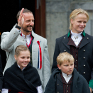 The Royal Family greets the Children's Parade in Asker outside Skaugum. Photo: Jon Olav Nesvold / NTB scanpix.