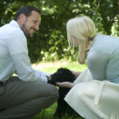 The Crown Prince and Crown Princess in the garden at Bygdø, with their puppy Milly Kakao. Hand out picture from The Royal Court. For editorial use only - not for sale. Picture size: 4081x6144 px, 8,76 Mb  (Photo: Veronica Melå, The Royal Court)
