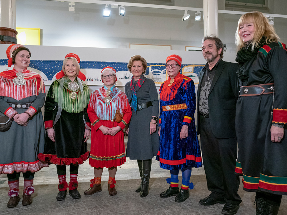 From left: President of the Sámi Parliament Aili Keskitalo, Synnøve Persen, Britta Marakatt-Labba, Queen Sonja, Rose-Marie Huuva, Arnold Johansen and Inger Blix Kvammen. Photo: Heiko Junge, NTB scanpix.