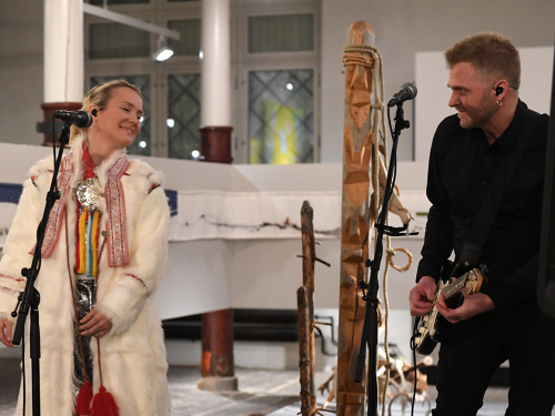 Elle Márjá Eira entertained the guests with her musical performance. Photo: Sven Gj. Gjeruldsen, The Royal Court.