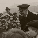 King Haakon visiting a Norwegian refugee camp outside Glasgow in 1945 (Photo. Scanpix)