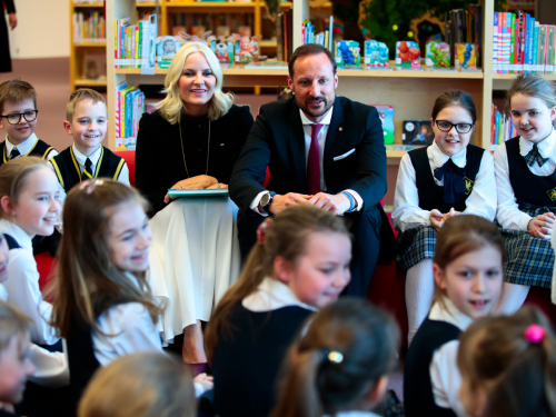 The Crown Prince and Crown Princess talking about books with children at the National Library of Latvia. Photo: Lise Åserud / NTB scanpix