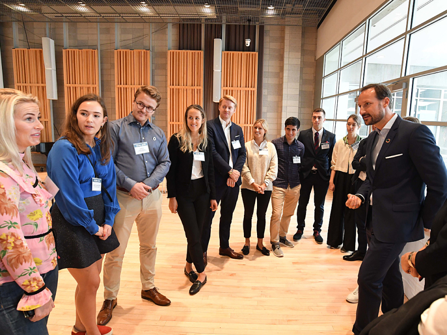 Crown Prince Haakon also had the opportunity to meet some of the Norwegian students at Columbia. Photo: Eileen Barroso / Columbia University