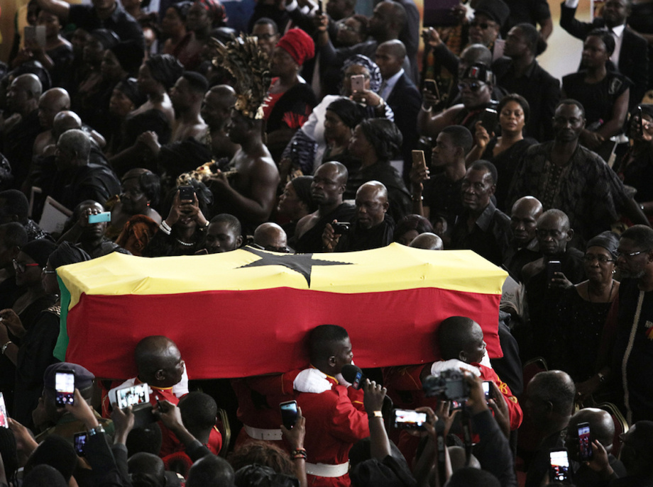 Honour guards carry the flag-draped casket of Kofi Annan. Photo: Francis Kokoroko, Reuters / NTB Scanpix