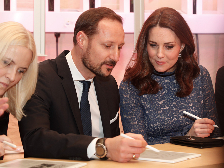 Crown Prince Haakon and the Duchess of Cambridge testing the reMarkable tablet. Photo: Terje Bendiksby / NTB scanpix