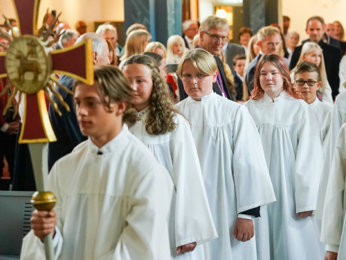 The confirmands entered the church in procession. Photo: Lise Åserud / NTB scanpix