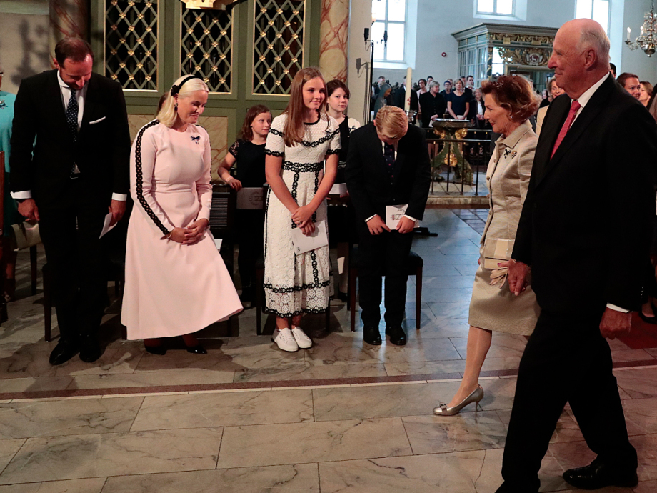 The Crown Prince and Crown Princess and their family greet King Harald and Queen Sonja. Photo: Lise Åserud / NTB scanpix