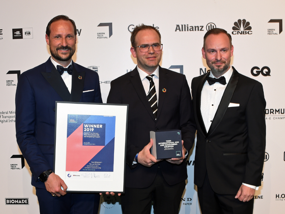 Crown Prince Haakon and Marco Voigt, a co-founder of the festival, presented the award to Yara. Photo: Sven Gj. Gjeruldsen, The Royal Court.