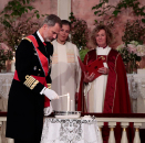 King Felipe of Spain lights his candle. Photo: Lise Åserud / NTB scanpix  Photo: Lise Åserud / NTB scanpix